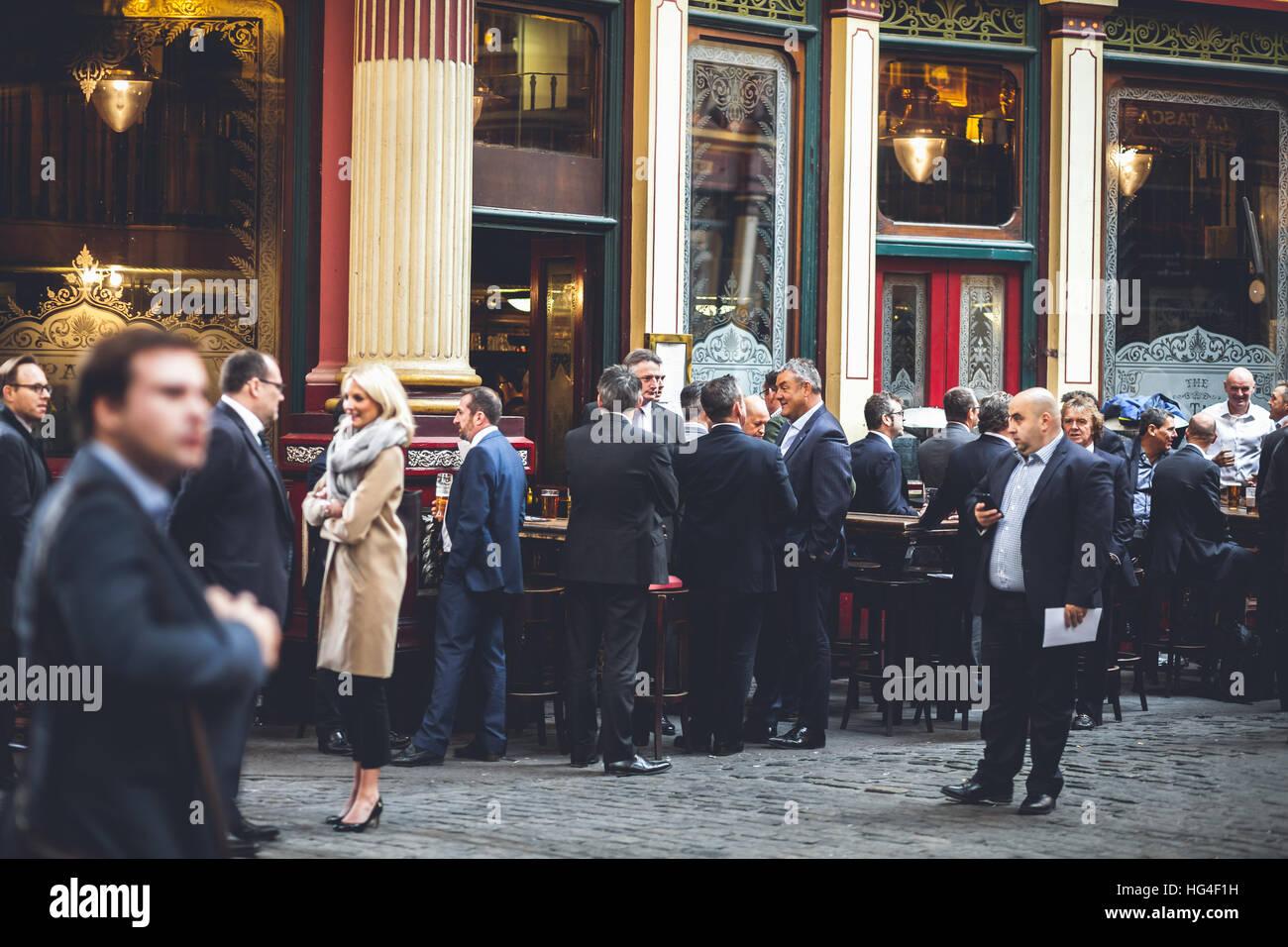 Londra mercato Leadenhall, grande gruppo di uomini di affari socializes su una pausa pranzo Immagini Stock