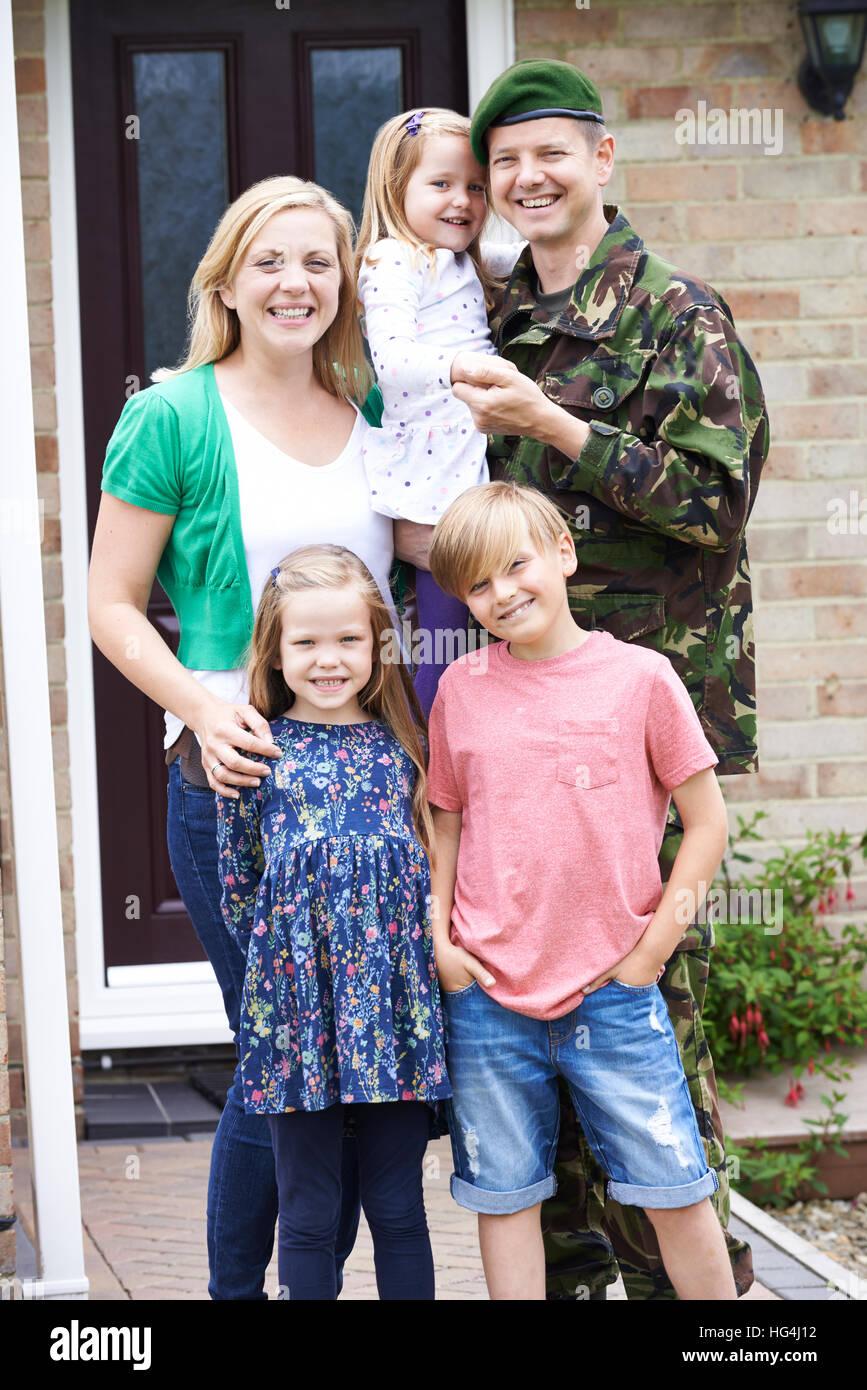 Ritratto di famiglia con esercito padre a casa in congedo Immagini Stock
