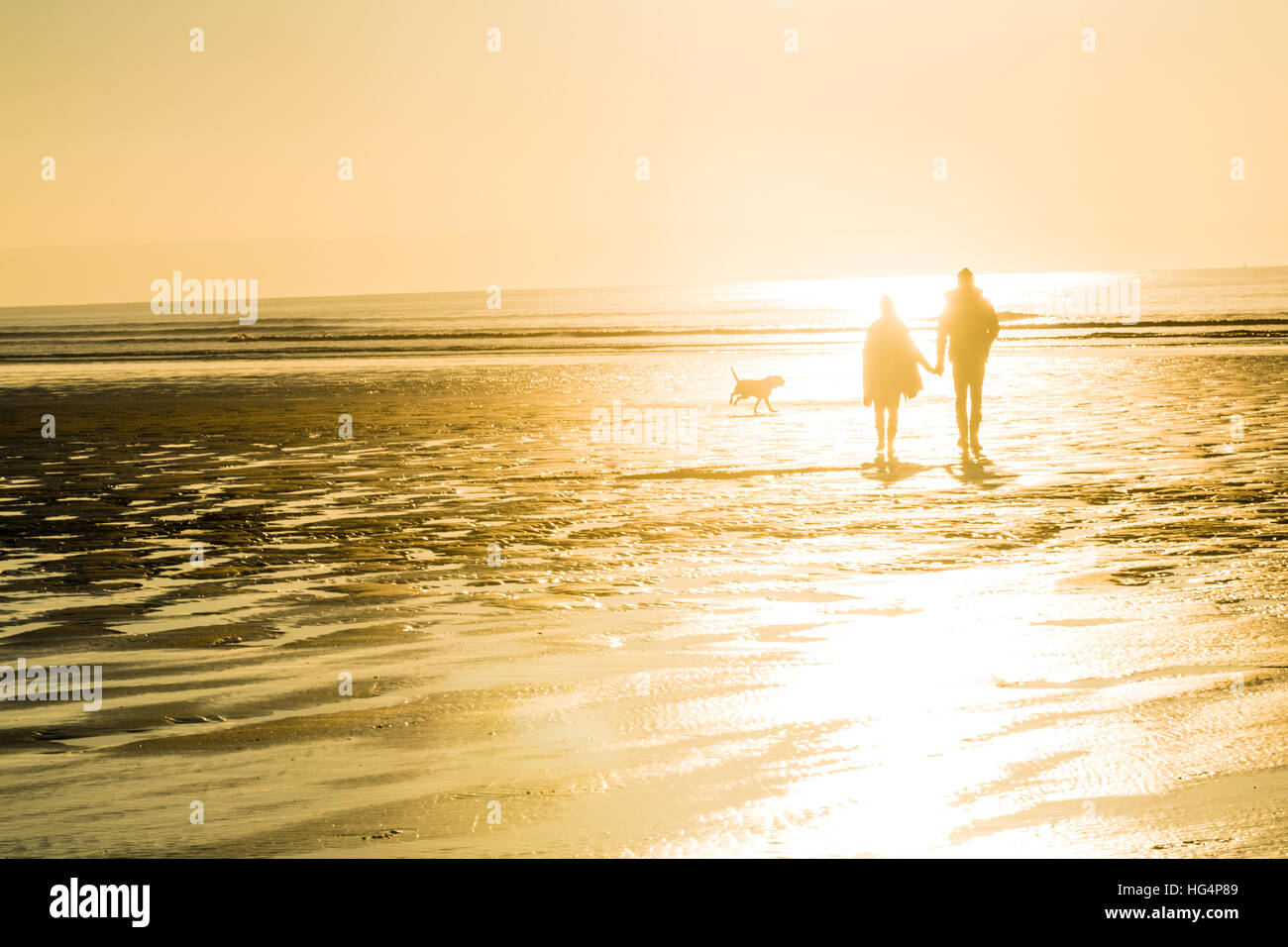 Un paio di camminare sulla spiaggia la sera Immagini Stock