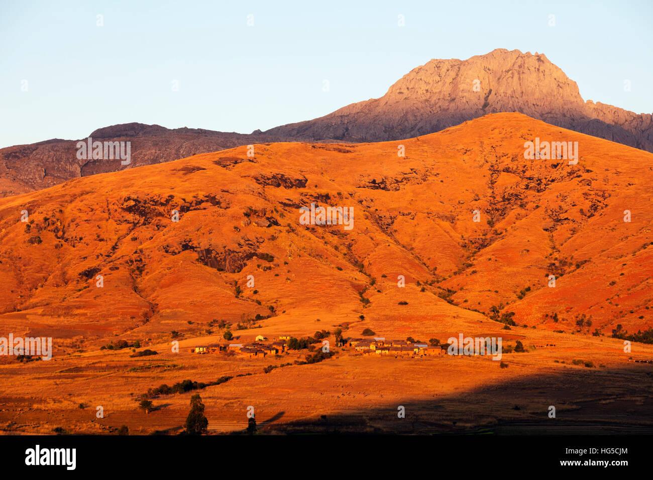 Villaggio Betsileo nel sole del pomeriggio, Tsaranoro Valley, Ambalavao, zona centrale Immagini Stock