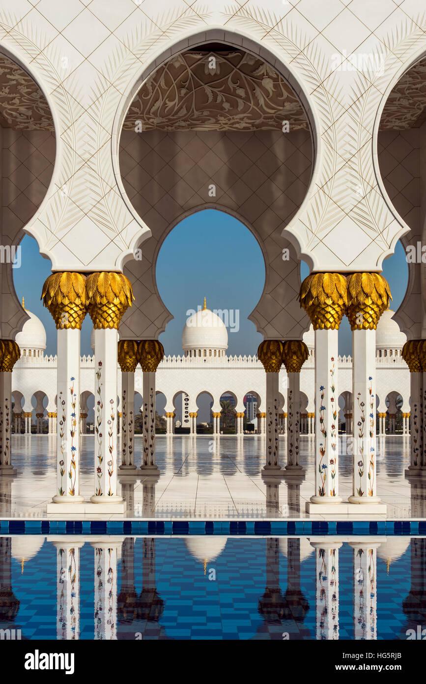 Cortile interno della Moschea Sheikh Zayed, Abu Dhabi, Emirati Arabi Uniti Immagini Stock