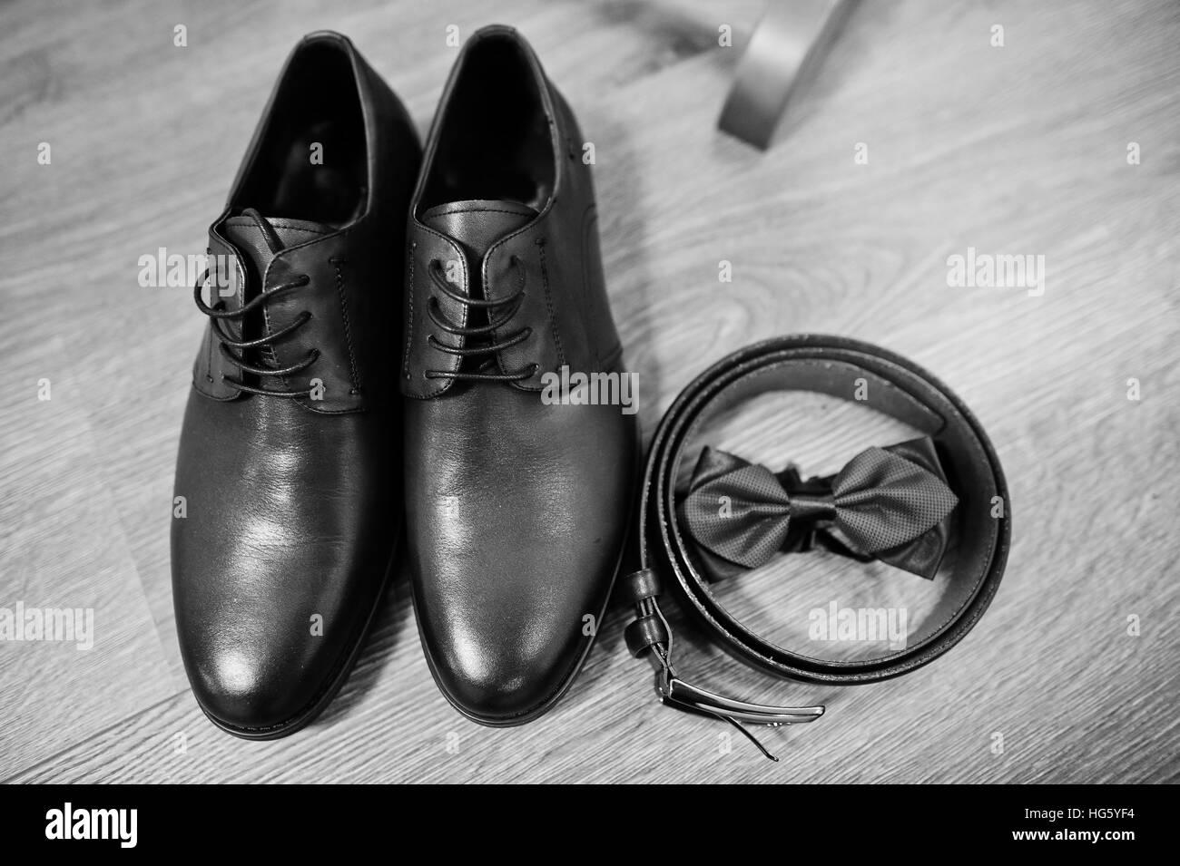 21524131da36 Pelle scarpe da uomo con il nastro e il filtro bow tie. Set di accessori  per lo sposo il giorno del matrimonio. Foto in bianco e nero.
