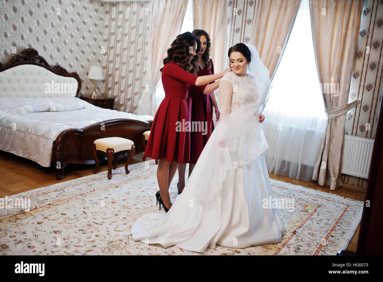 sports shoes 4fdaa fe853 Due giovani e bellissime damigelle su rosso abito sposa di ...