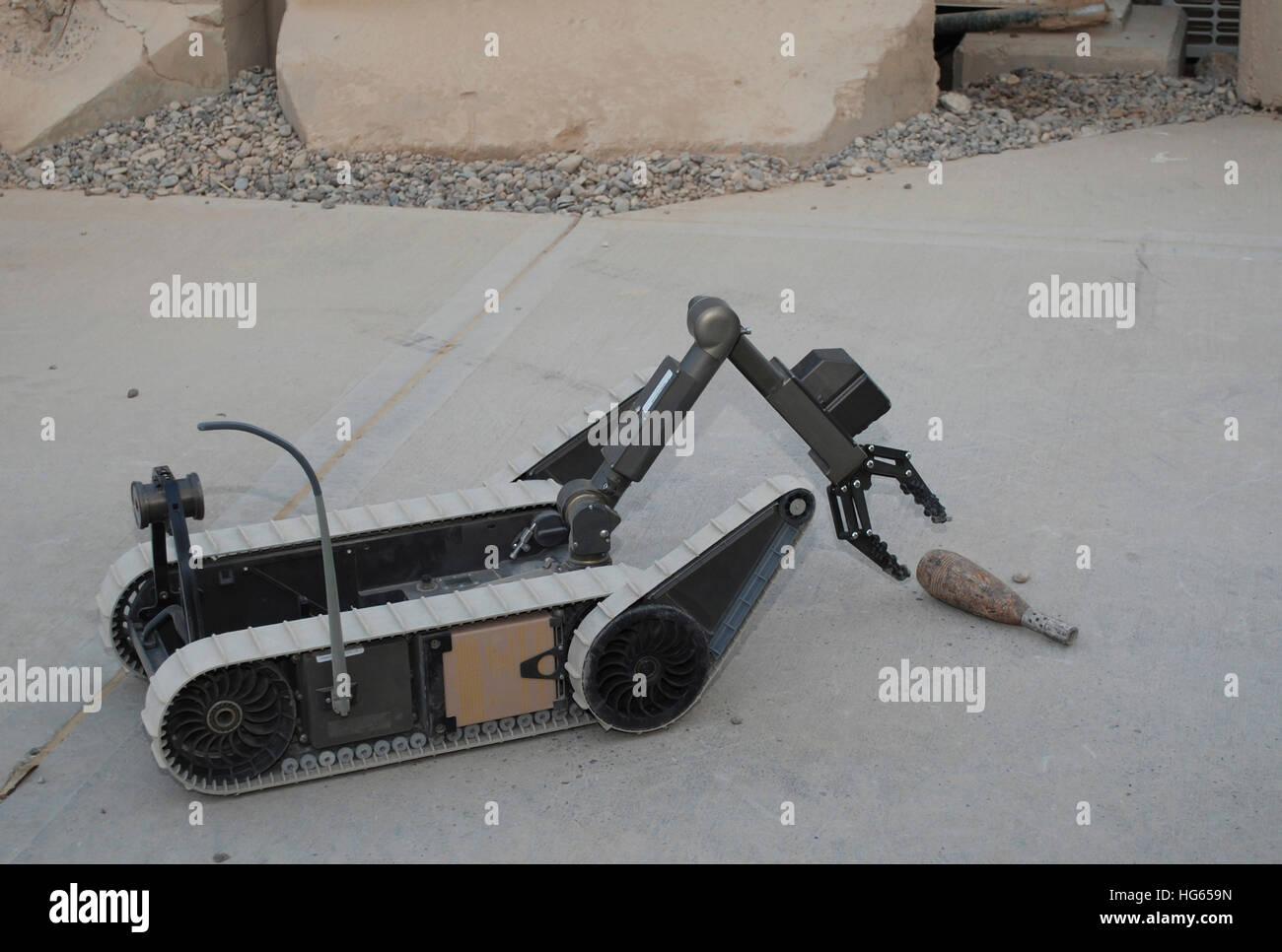 Un robot PackBot preleva un oggetto di dimostrazione a Baghdad, Iraq. Immagini Stock