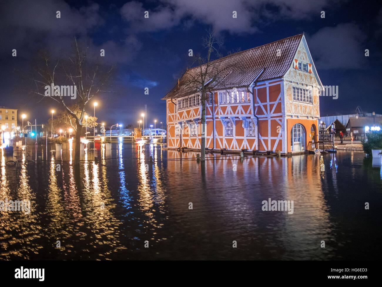 Un granaio storico di Wismar, Germania, 04 gennaio 2017. La Federal Maritime Idrografico e Agenzia (BSH) previsioni Foto Stock