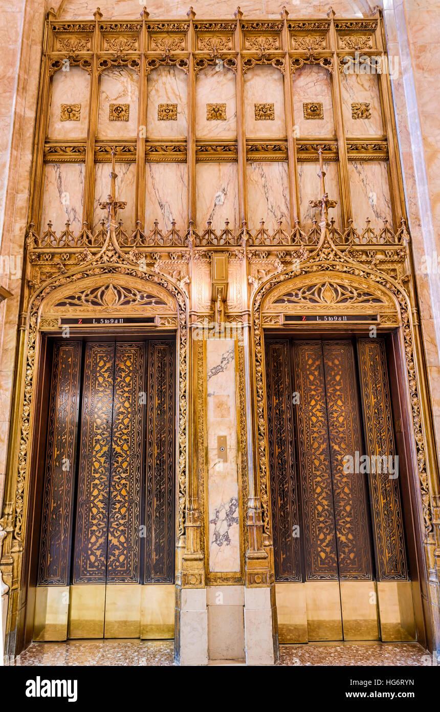 Cartier sportelli elevatore nella lobby della peculiare Woolworth Building di New York Immagini Stock