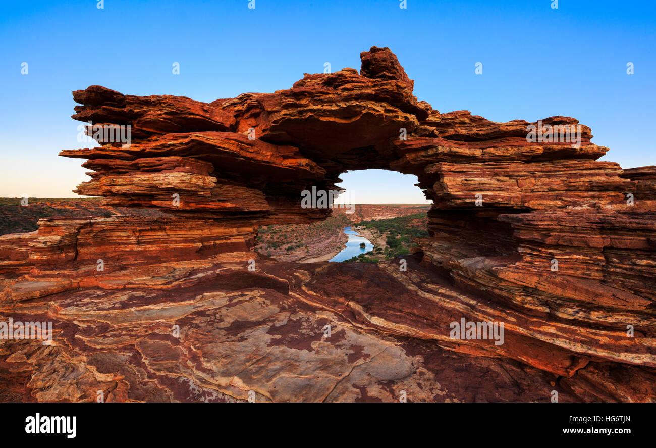 La natura della finestra lookout (formato da strati di pietra arenaria Tumblagooda) e il fiume Murchison in Kalbarri Immagini Stock