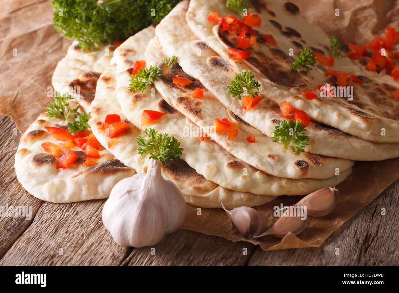 Naan indiano pane piatto con aglio ed erbe closeup sul tavolo orizzontale. Immagini Stock