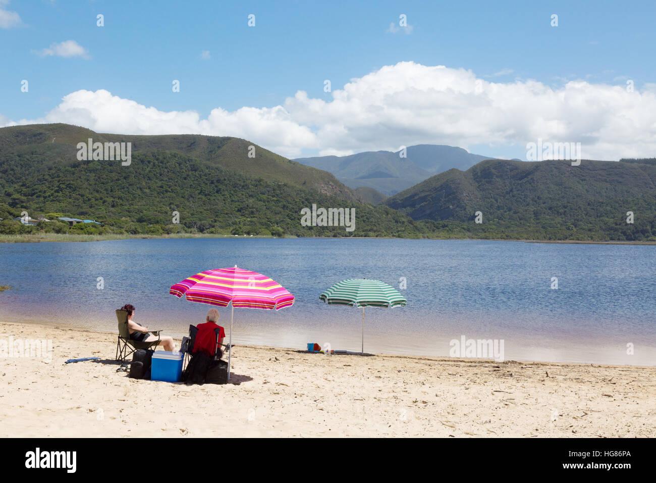 La gente a prendere il sole sulla spiaggia, la natura della Valle, Garden Route, Sud Africa Immagini Stock