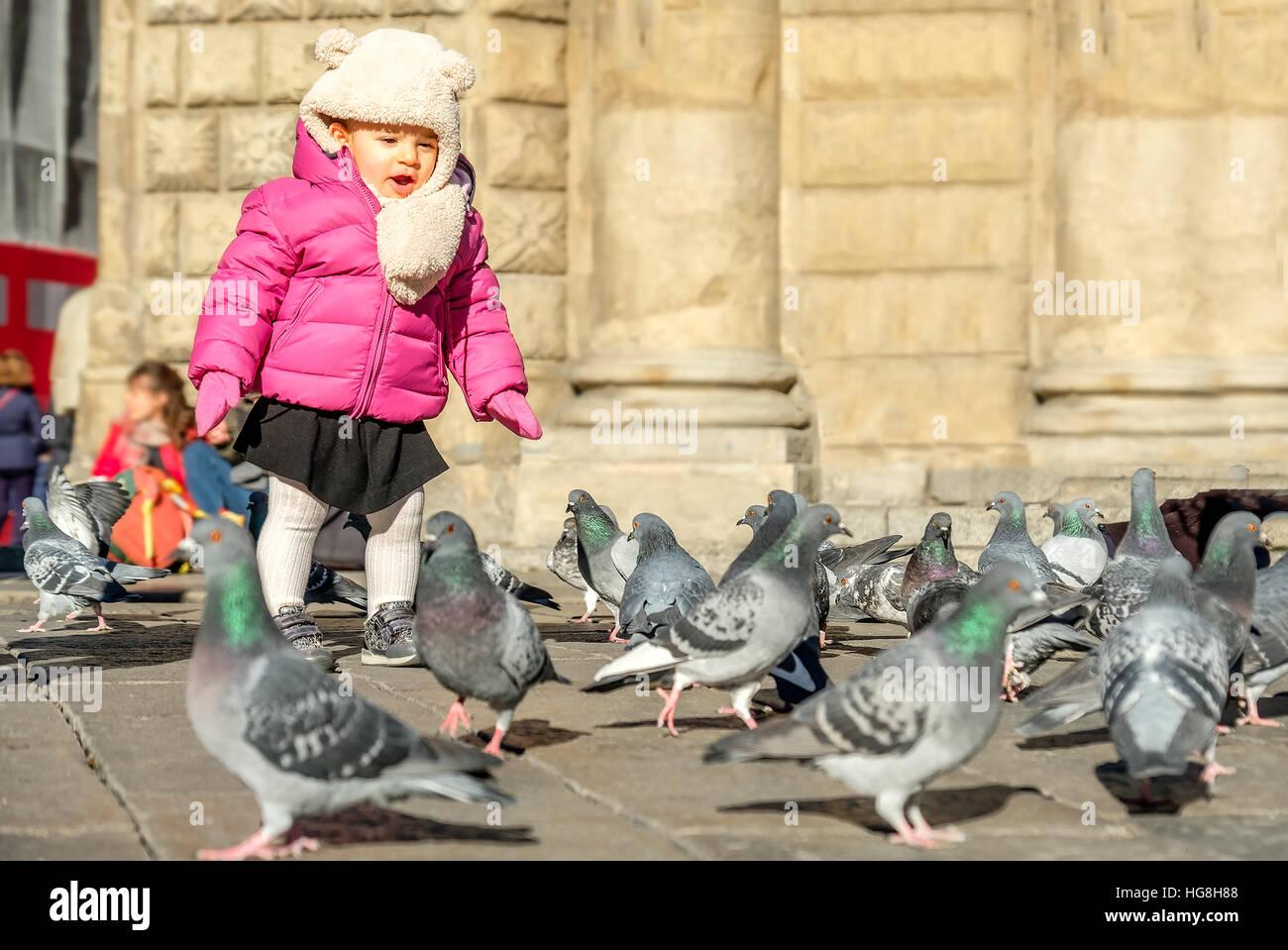 Il bambino gioca uccelli Baby girl Immagini Stock