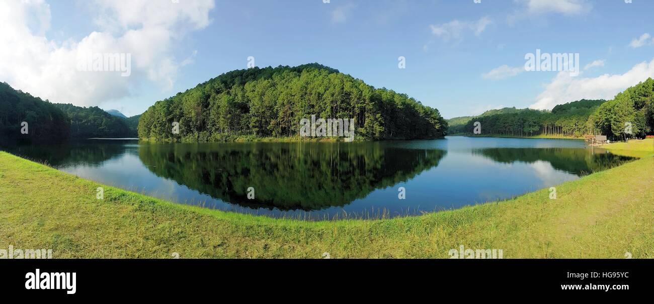 Panorama di riflessione di alberi di pino in Pang Oung Lago, Mae Hong Son , della Thailandia Immagini Stock
