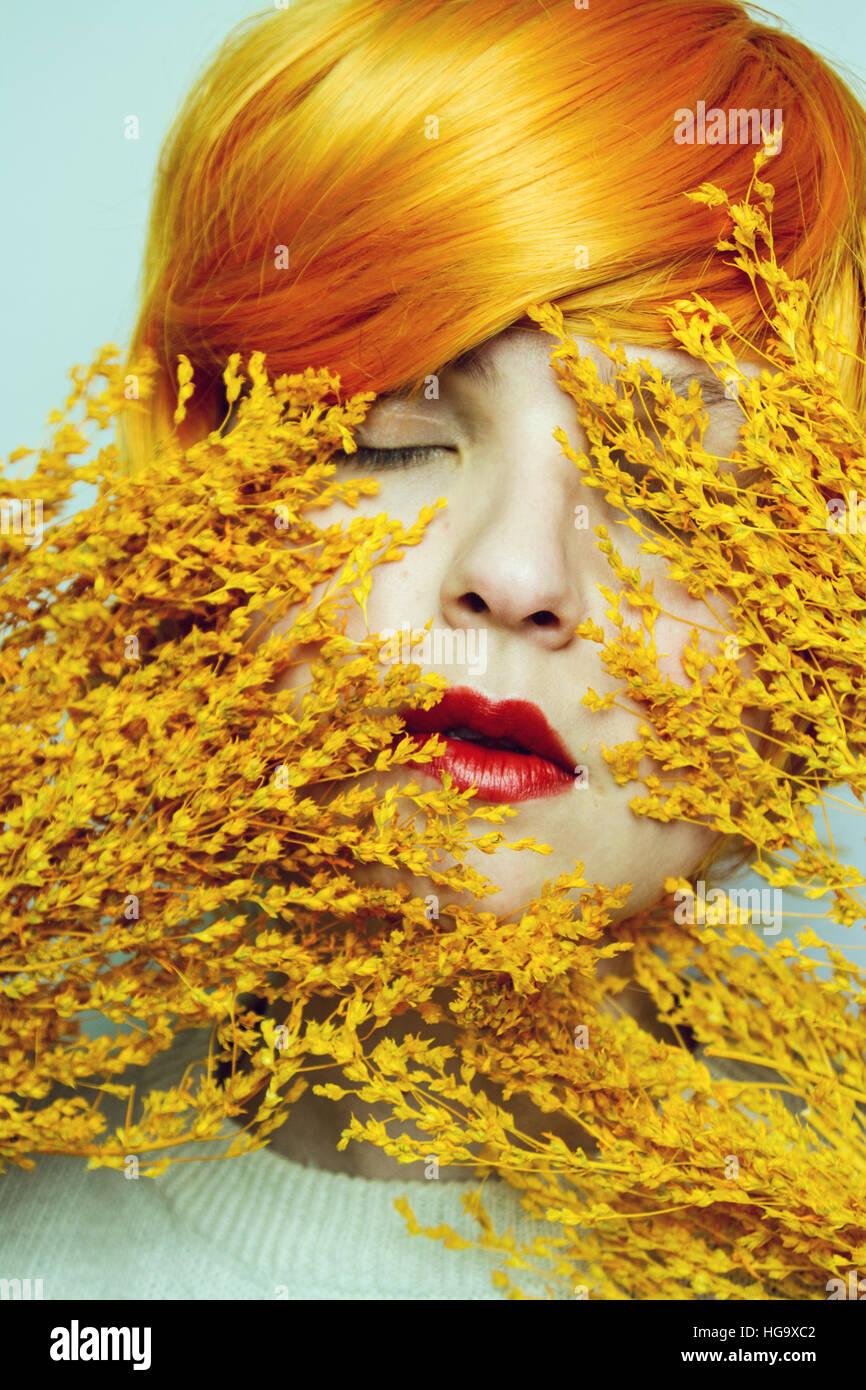 La bellezza di una giovane donna con toni di colore arancione Immagini Stock