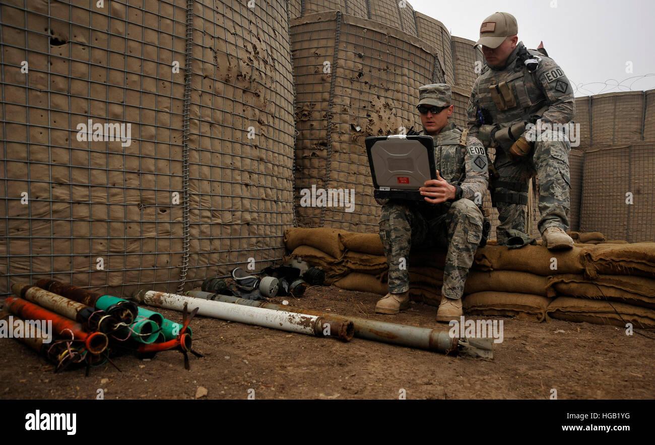 Stati Uniti Air Force soldati di raccogliere dati sugli esplosivi. Immagini Stock