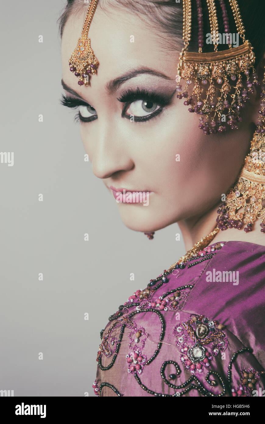 Grave Asian sposa guardando sopra la spalla Foto Stock