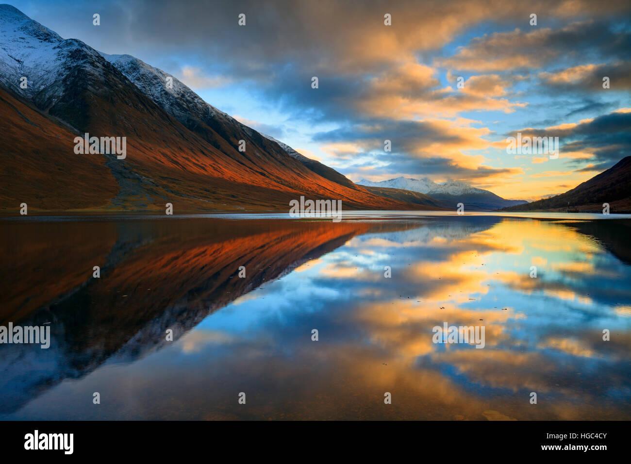Tramonto riflesso in Loch Etive catturate da vicino Gualachulain nelle Highland Scozzesi. Immagini Stock