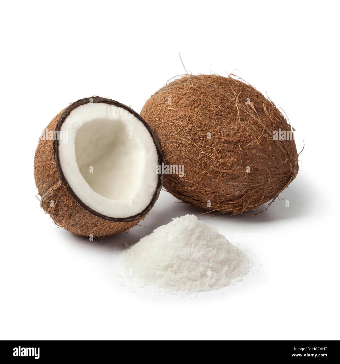 Noci di cocco con il bianco cocco grattugiato carne isolati su sfondo bianco Immagini Stock