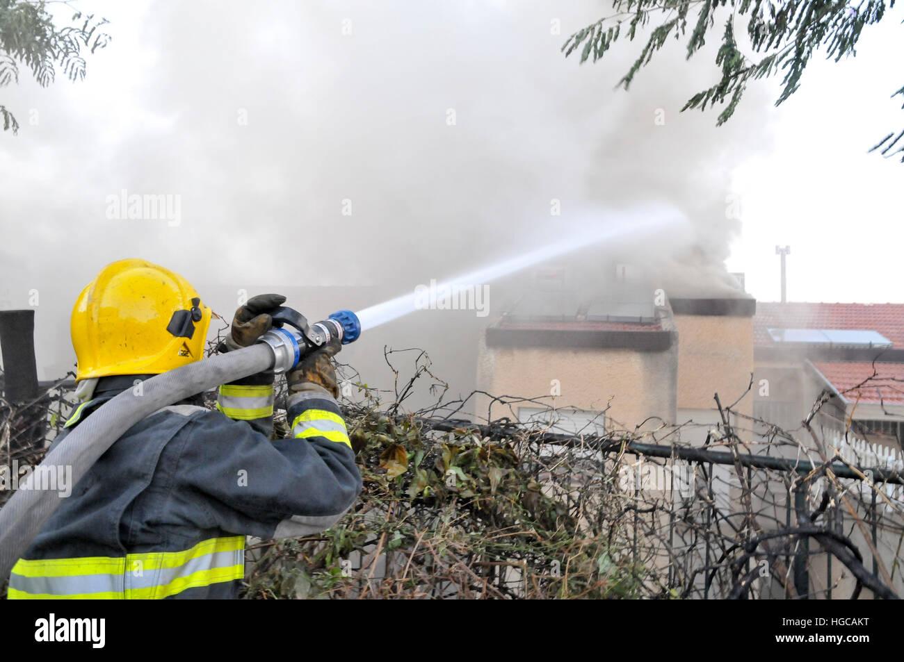 Wild fire nella città di Haifa in Israele nel novembre 2016 Immagini Stock