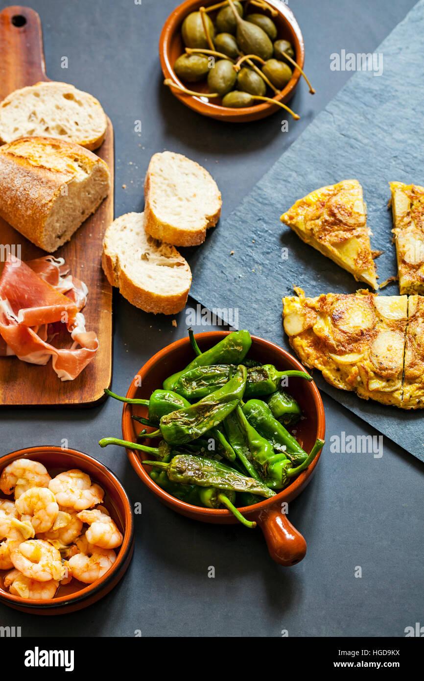 Autentici tapas spagnoli con padron peperoni, gamberi aglio e tortilla tradizionale Immagini Stock