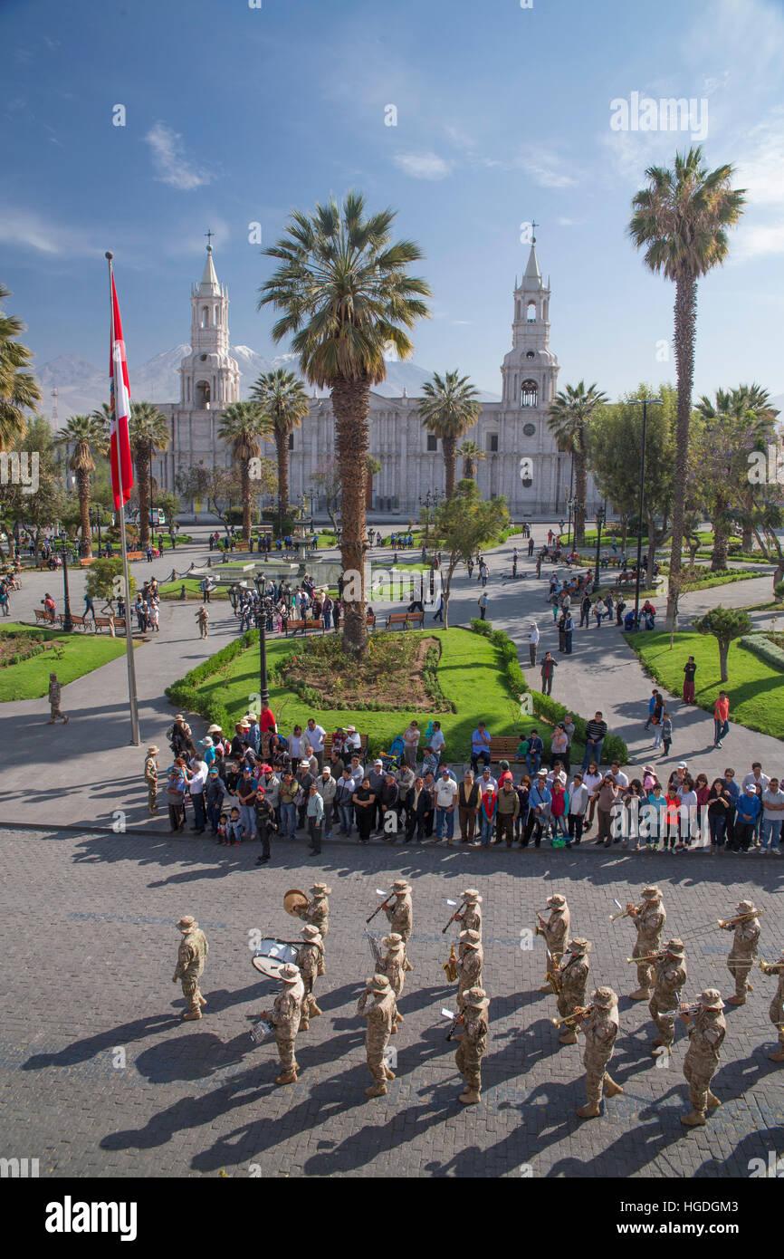 Parata militare sulla Plaza des Armes in Arequipa, Immagini Stock