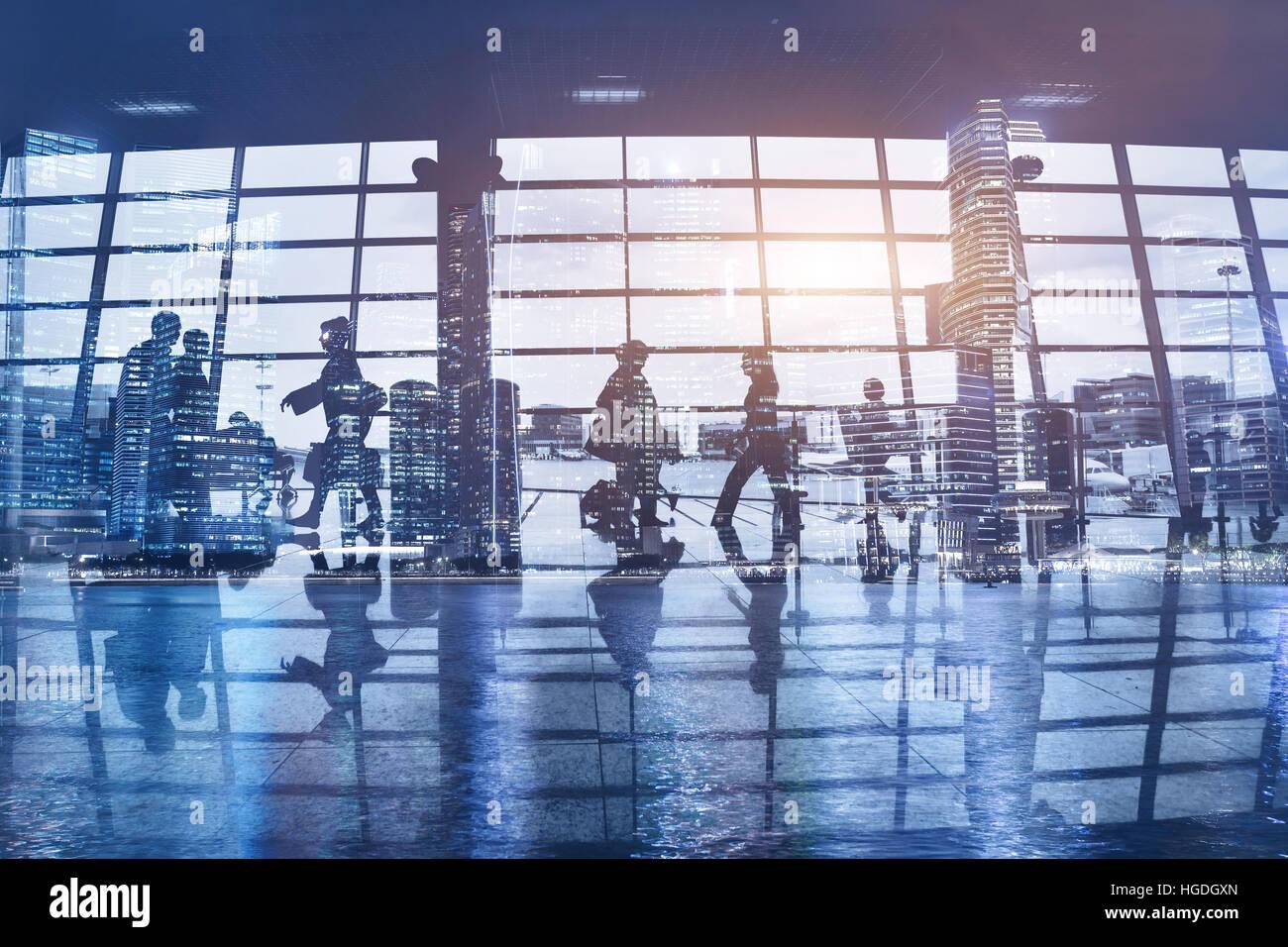 Sagome di pendolari a piedi aeroporto, business travel concetto astratto, sfondo con persone, doppia esposizione Immagini Stock