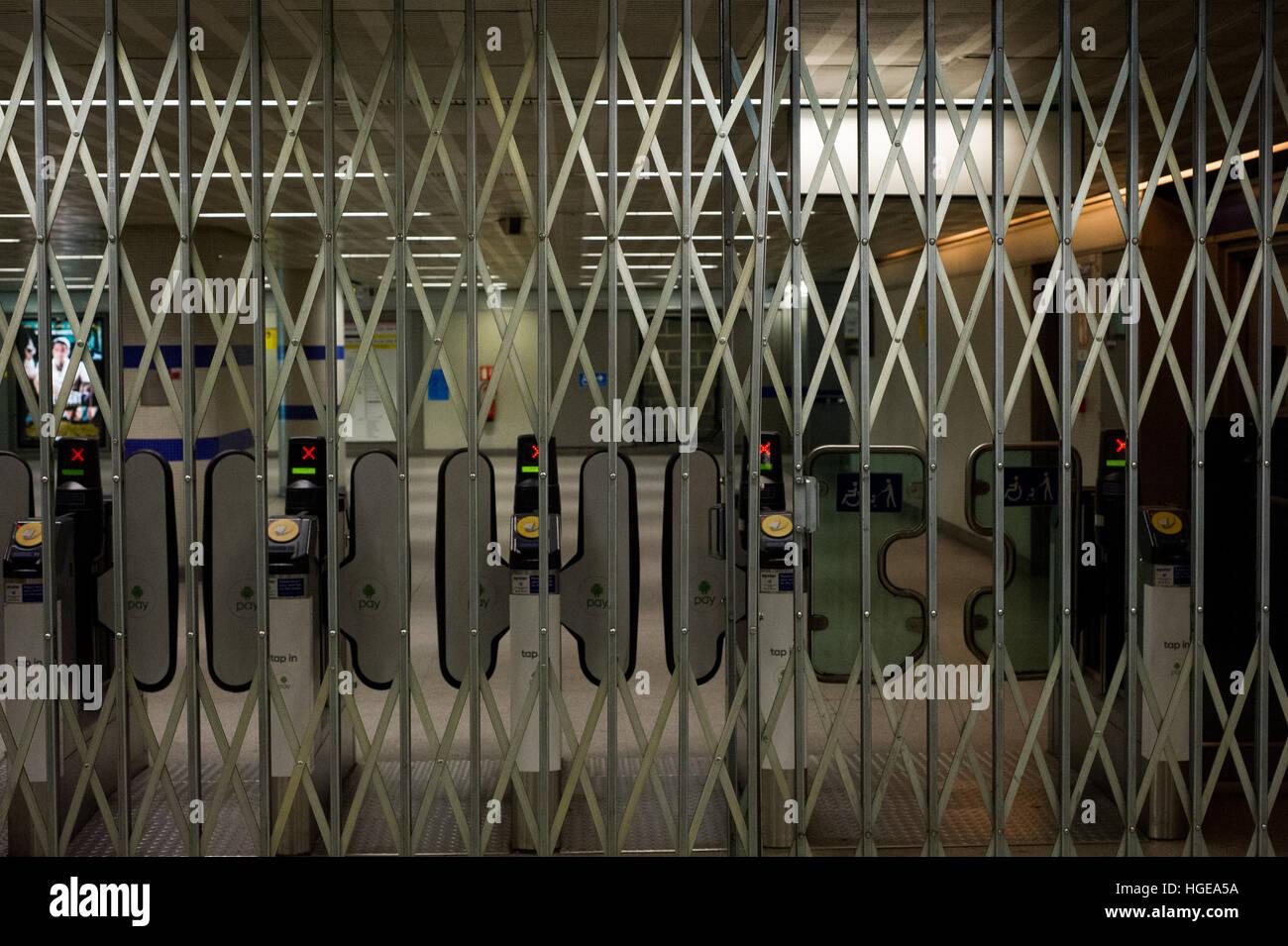Londra, Inghilterra, Regno Unito. 8 gennaio 2017. Chiuso Londra sotto la stazione di terra con barriere. Sciopero di 24 ore sulla metropolitana di Londra ha iniziato a 6pm. Trasporto per Londra (TFL) ha informato che ci sarà un servizio ridotto in esecuzione durante lo sciopero. Stazione di Chiusi. Andrew Steven Graham/Alamy Live News Foto Stock