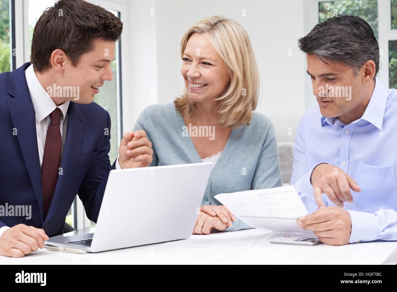 Coppia Matura incontro con il consulente finanziario a casa Immagini Stock