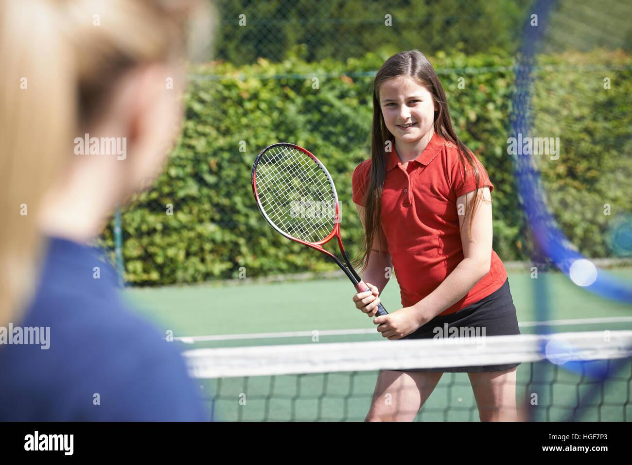 Tennis femminile allenatore dando lezione a ragazza Immagini Stock