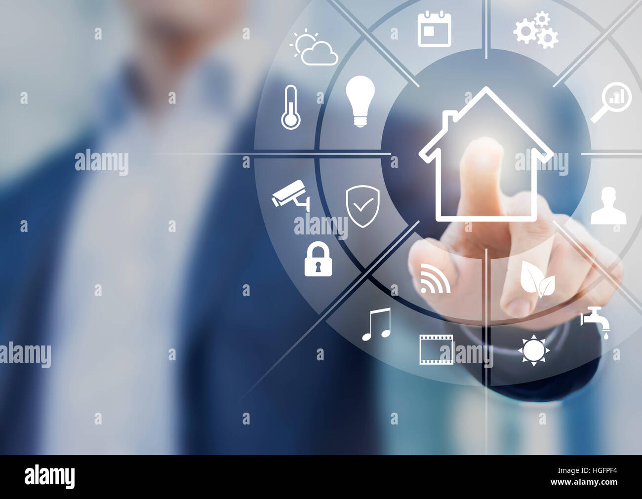 Circolare interfaccia futuristico di smart home automation assistant su uno schermo virtuale e un utente toccando Foto Stock
