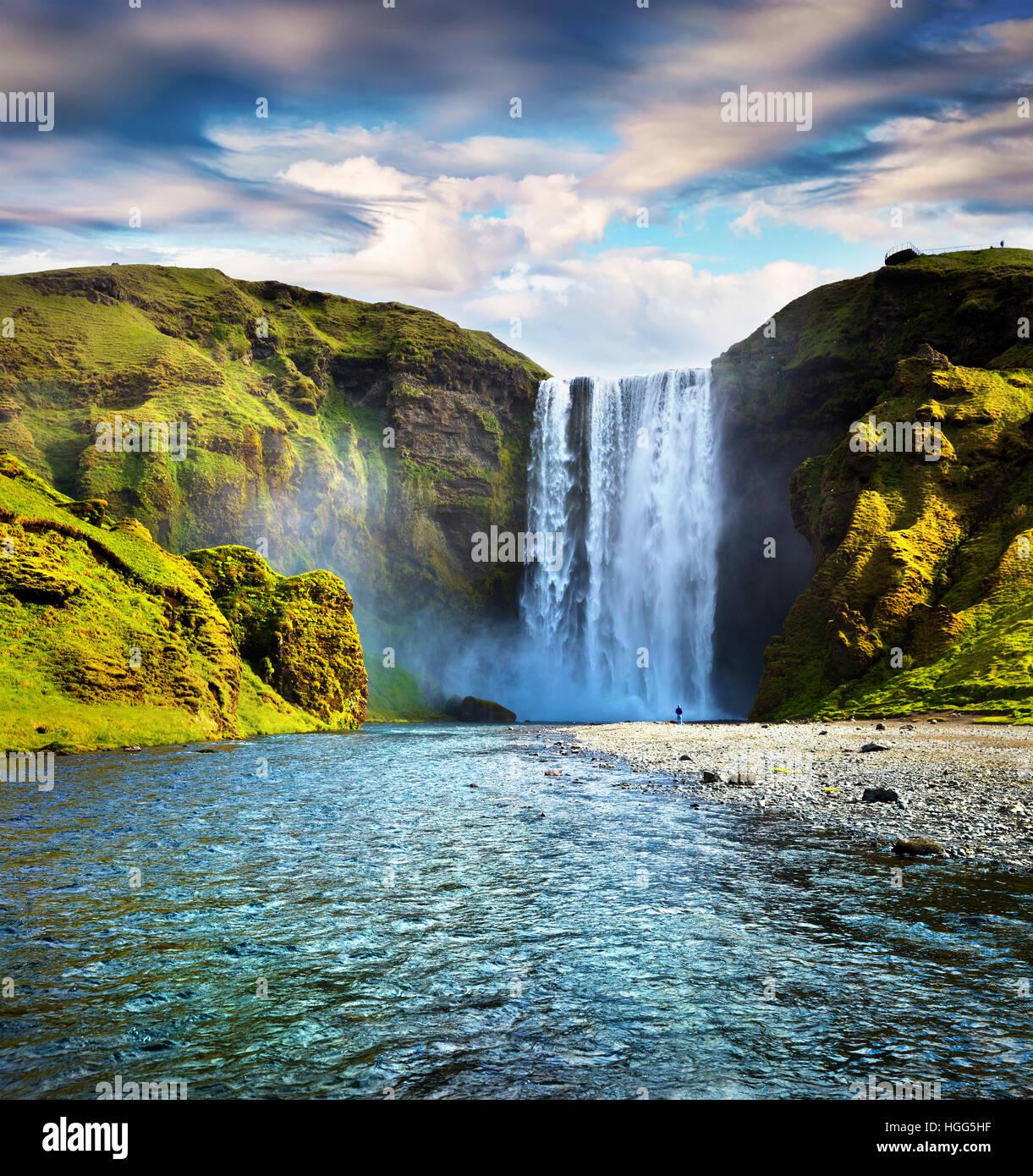 Colorata scena estiva con acqua pura di Skogafoss cascata. Mattina di sole sul fiume Skoga, sud dell'Islanda, Immagini Stock