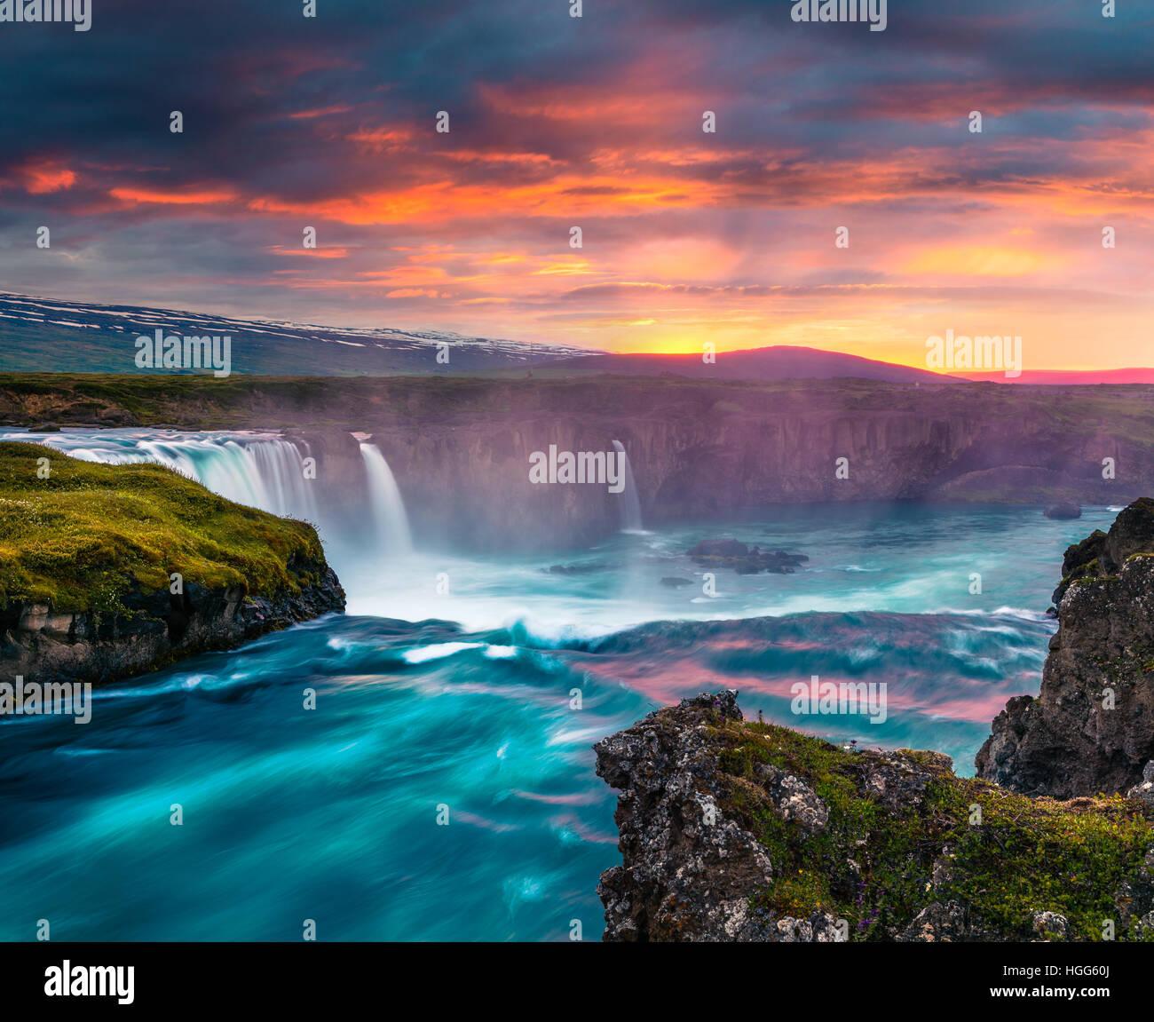 Mattinata estiva di scena sul Godafoss cascata. Colorato tramonto sul fiume Skjalfandafljot, Islanda, l'Europa. Immagini Stock