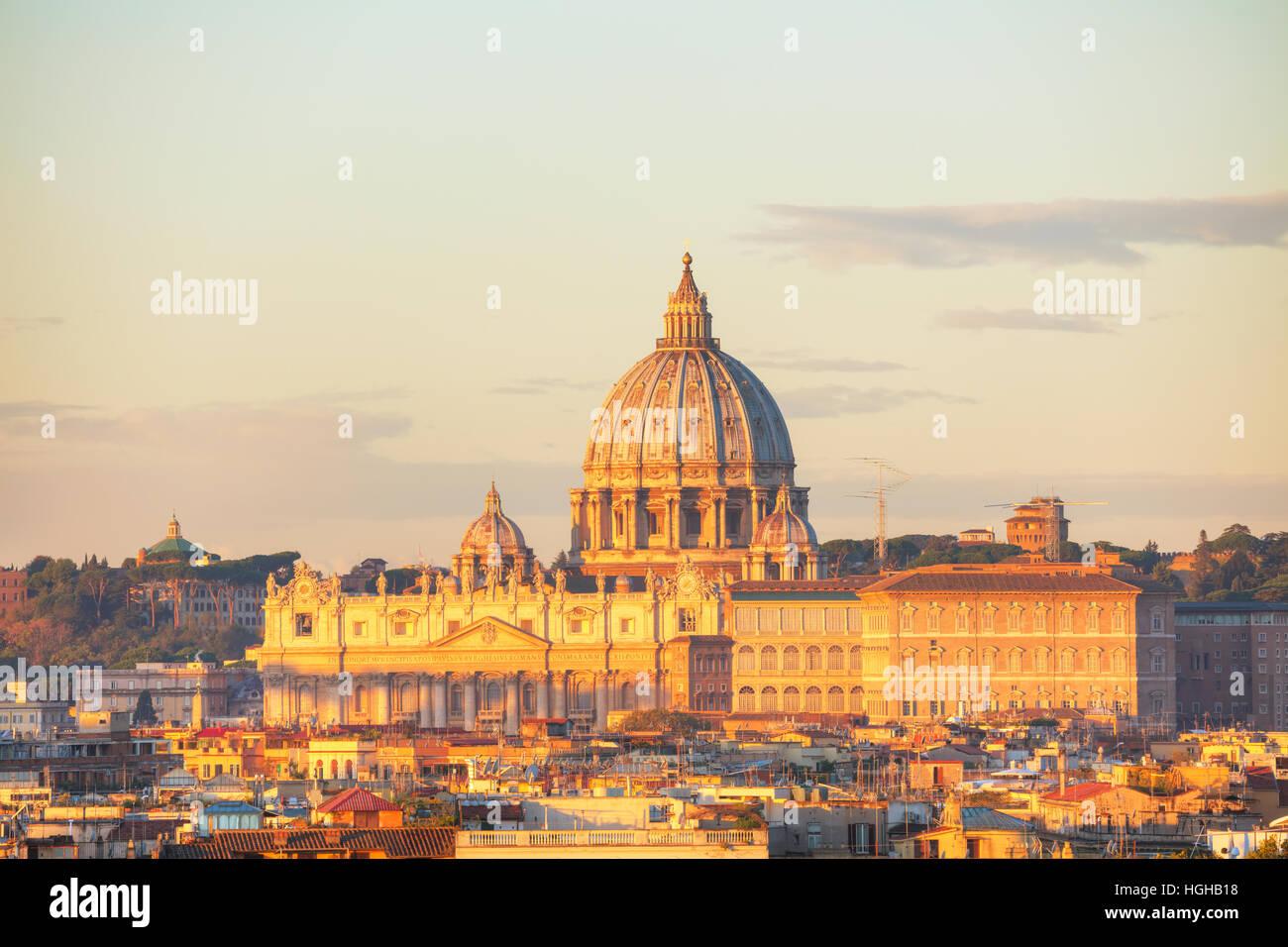 La Basilica Papale di San Pietro in Vaticano città di notte Foto Stock