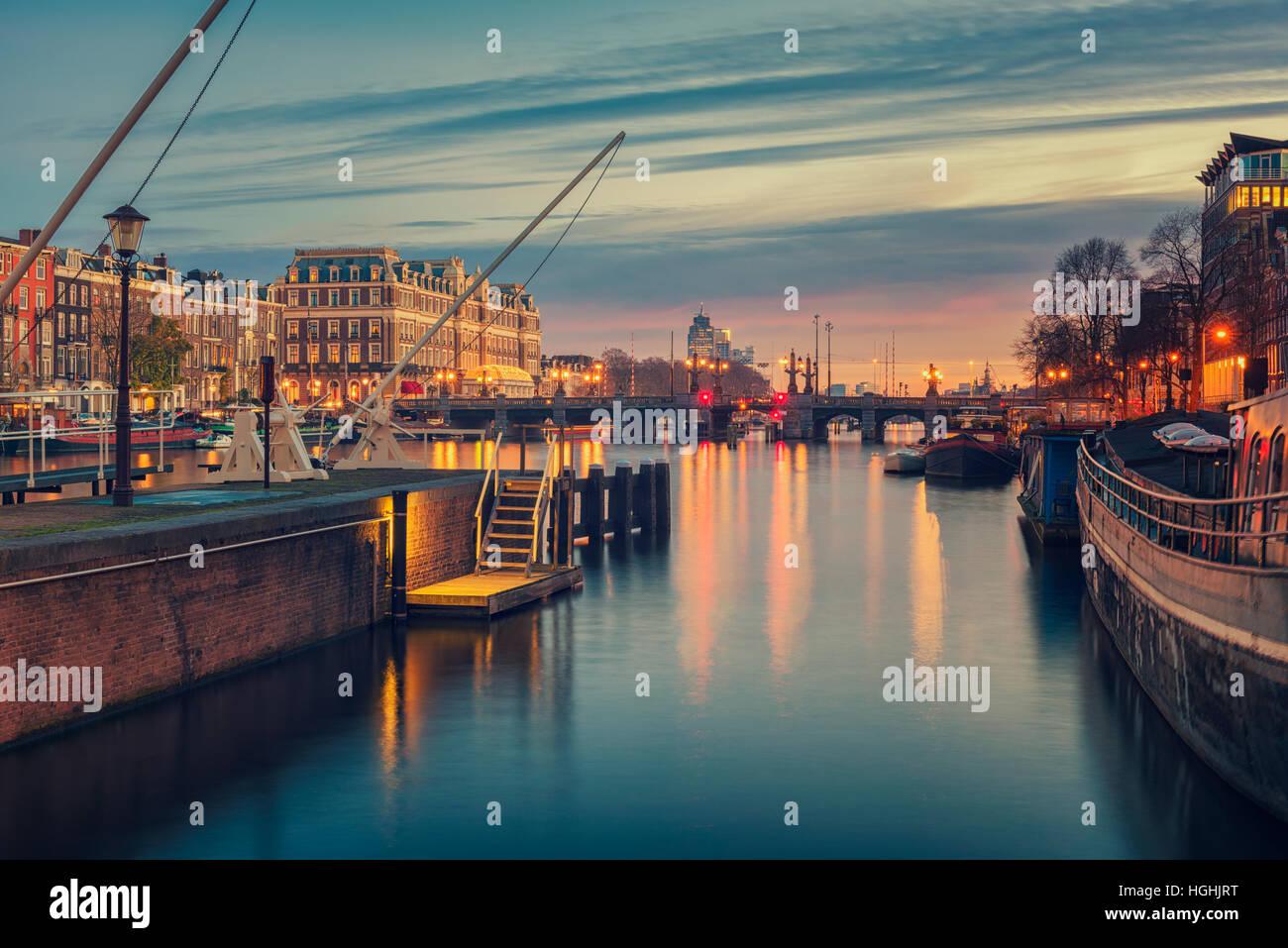 Fiume Amstel e dintorni in Amsterdam Paesi Bassi Immagini Stock