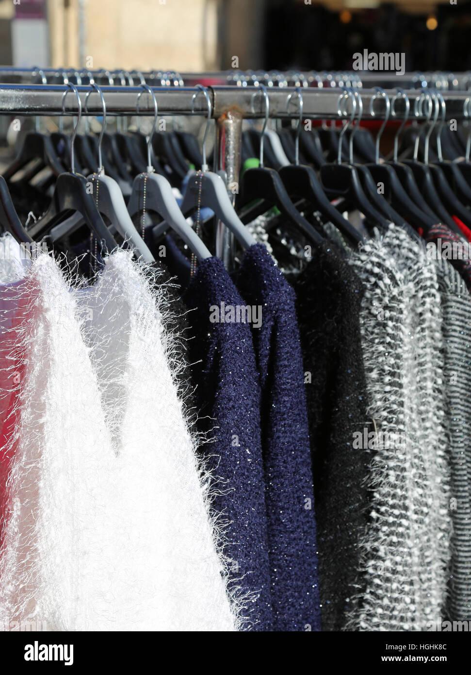 Vendita Appendiabiti.Molti Abbigliamento Invernale Su Appendiabiti Per La Vendita Foto