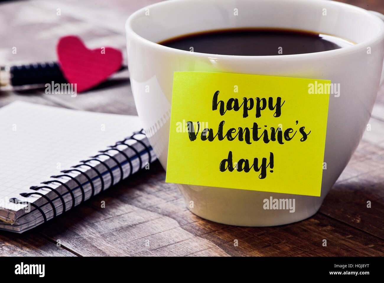 Primo piano di un bigliettino giallo con il testo felice il giorno di San Valentino è attaccato ad una tazza Immagini Stock