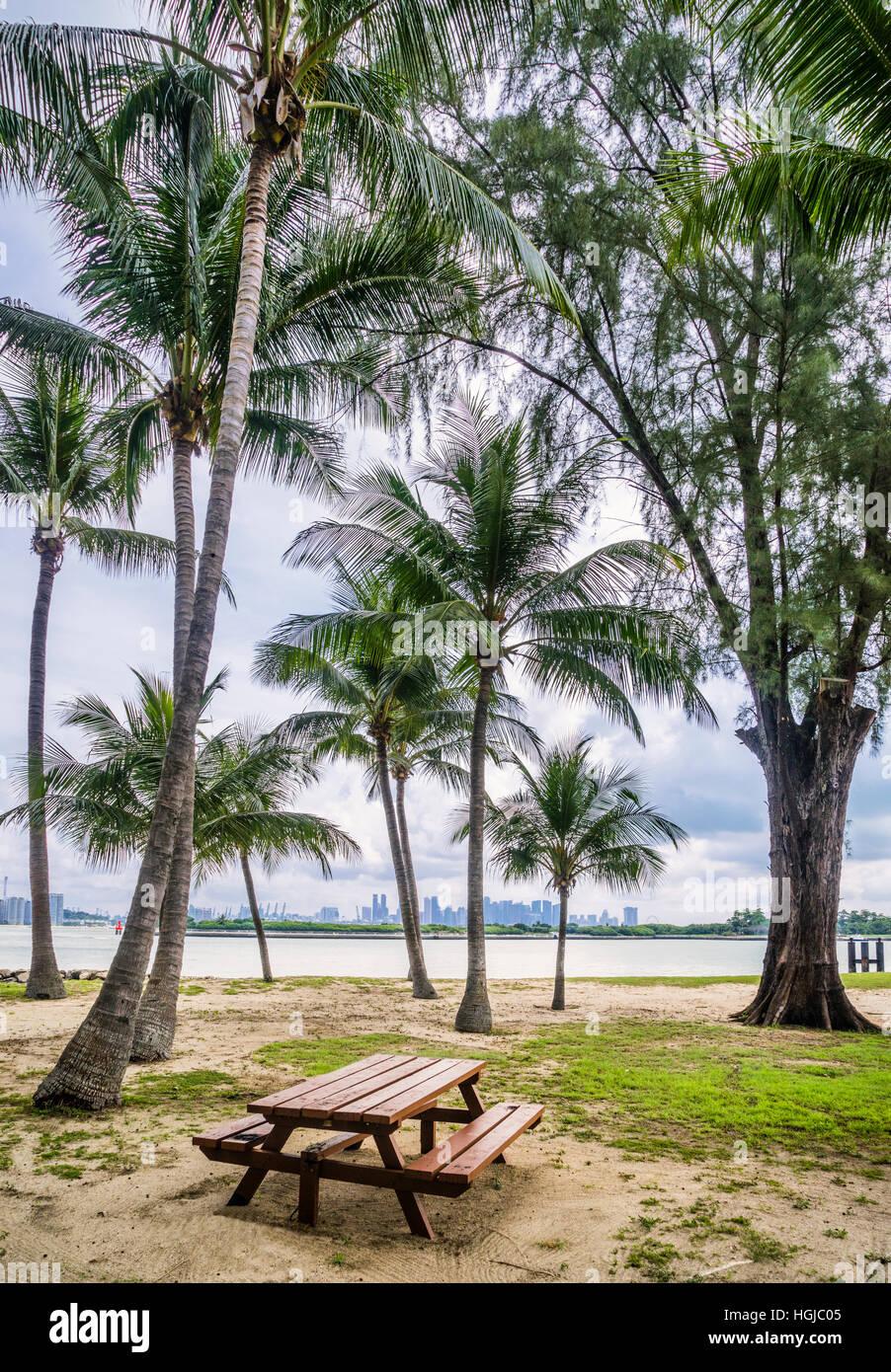 La skyline di Singapore visto da San Giovanni Isola, ex isola di quarantena è oggi un sito ricreativo per abitanti Immagini Stock