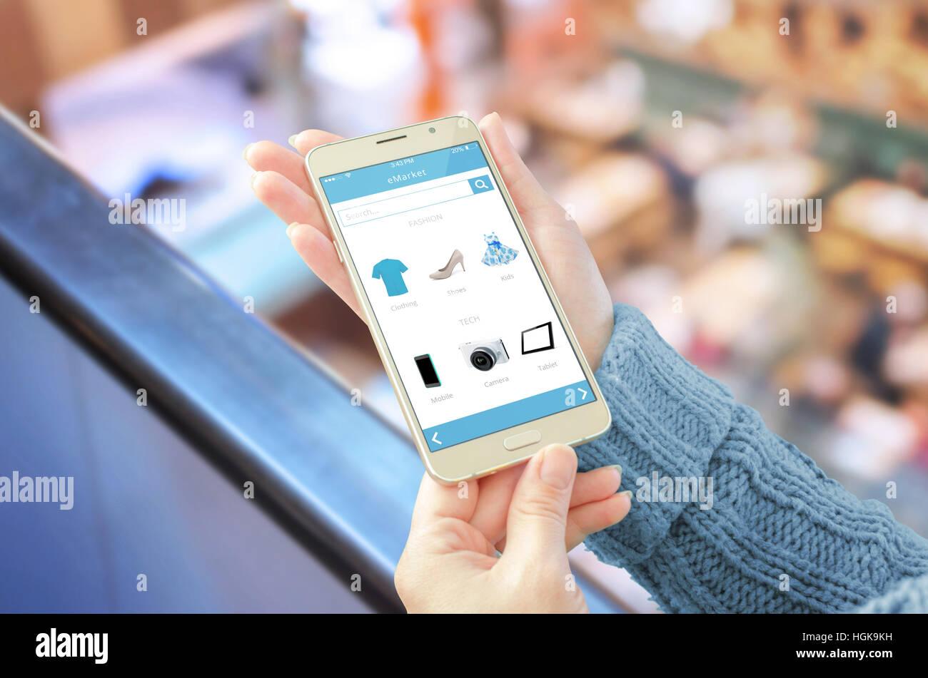 1f710a1e3 La donna che mostra online shop app sul telefono cellulare. Centro  commerciale in background.