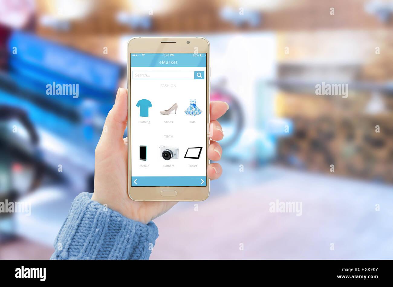 6738b2ad0 Mobile con online shop app sul display del telefono nella donna la mano.  Centro commerciale in background.