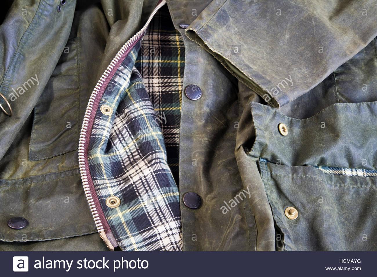 Un badge barbour pined per un tradizionale cera barbour giacca. BT8JEM  (RM). Il vecchio uomo Giacca Barbour Immagini Stock e3d1e159ace2