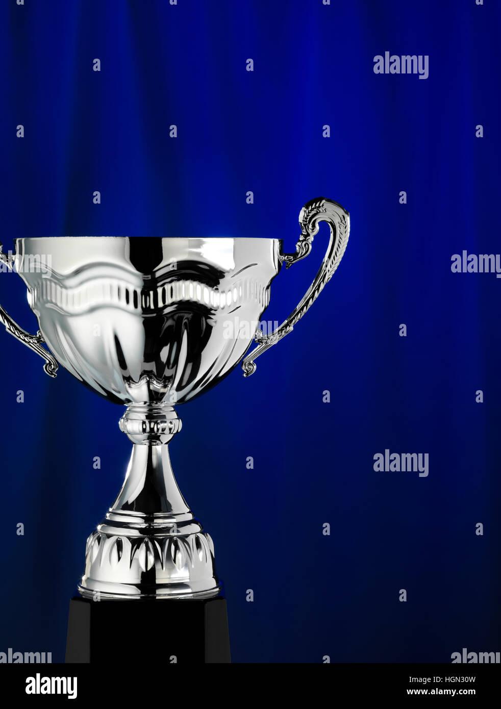 Trofeo con uno sfondo blu Immagini Stock