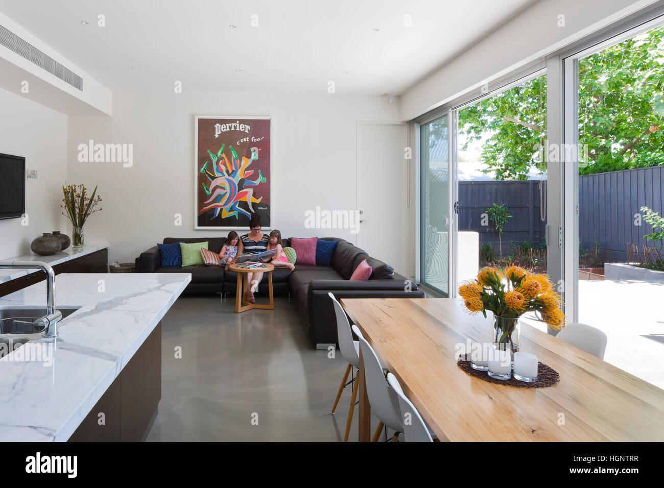 Vista della cucina a pianta aperta/sala da pranzo/soggiorno con ...
