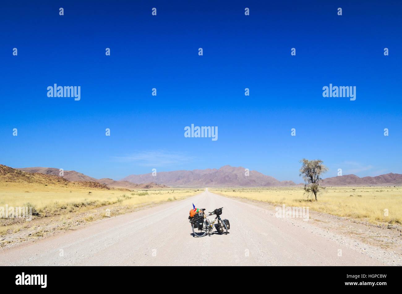 Bicicletta sul C19 strada nel deserto del Namib, Namibia Immagini Stock