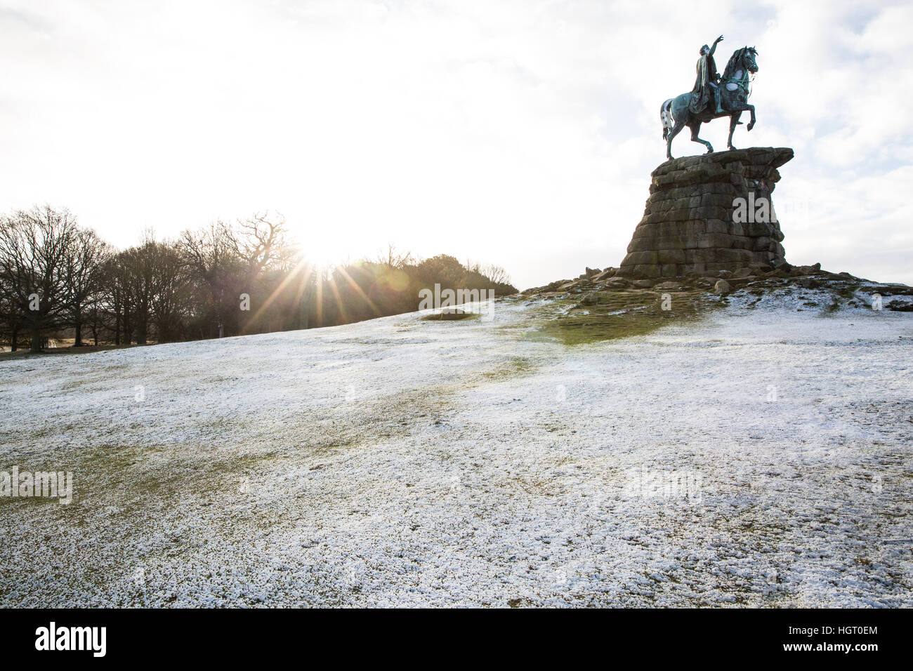 Windsor, Regno Unito. Il 13 gennaio, 2017. Una spolverata di neve sulla collina di neve in Berkshire come il sole Foto Stock
