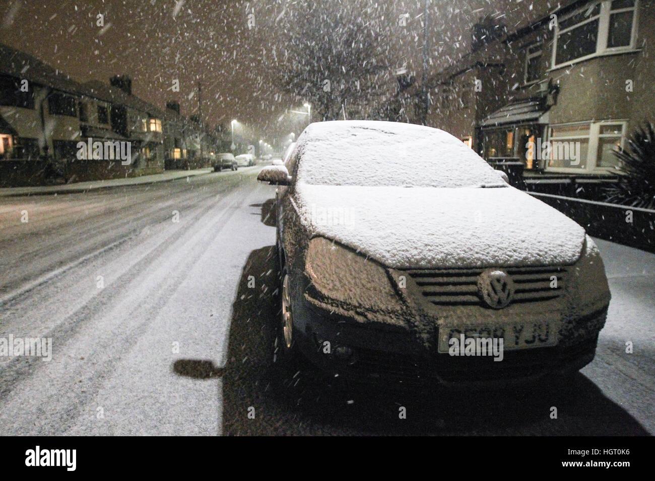 Bexleyheath, Greater London, Regno Unito. Un auto, su una strada di Londra è coperto di neve durante una tempesta Immagini Stock