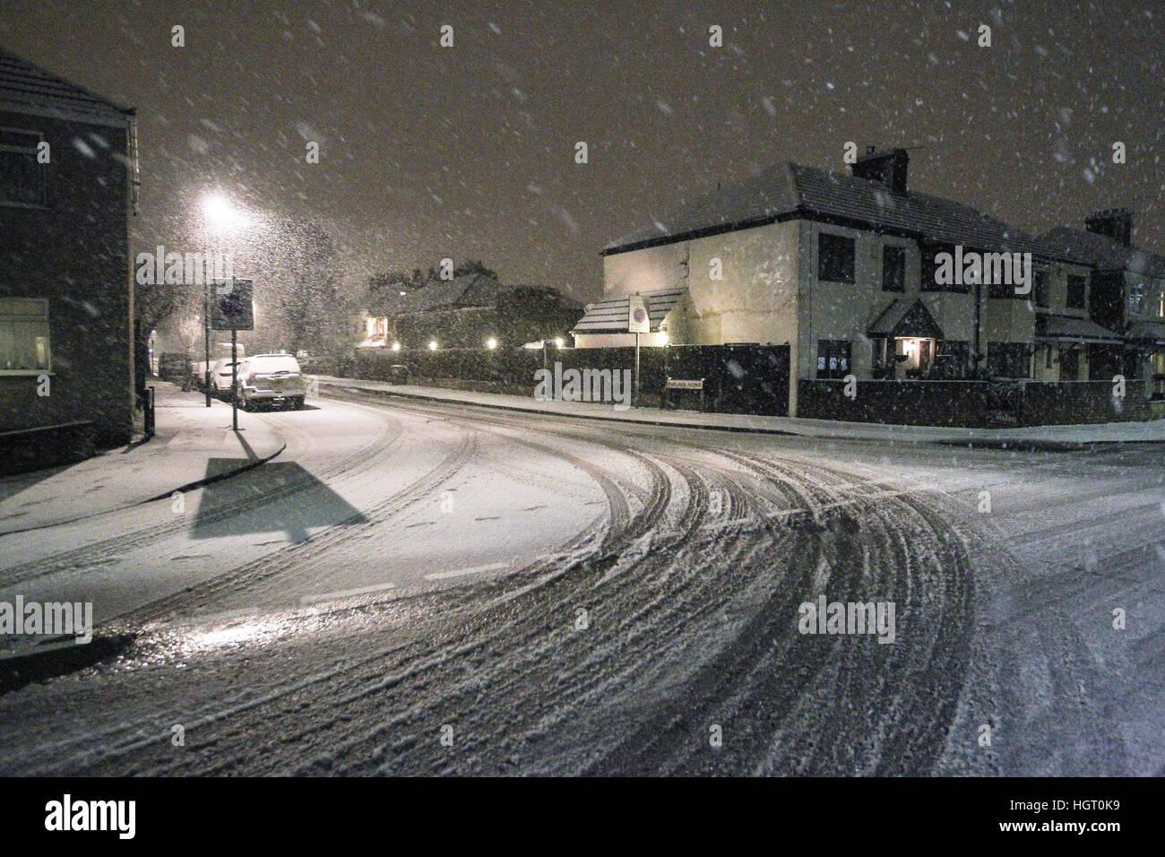 Bexleyheath, Greater London, Regno Unito. Auto le vie sono visti in strada di una strada di Londra come la neve Immagini Stock