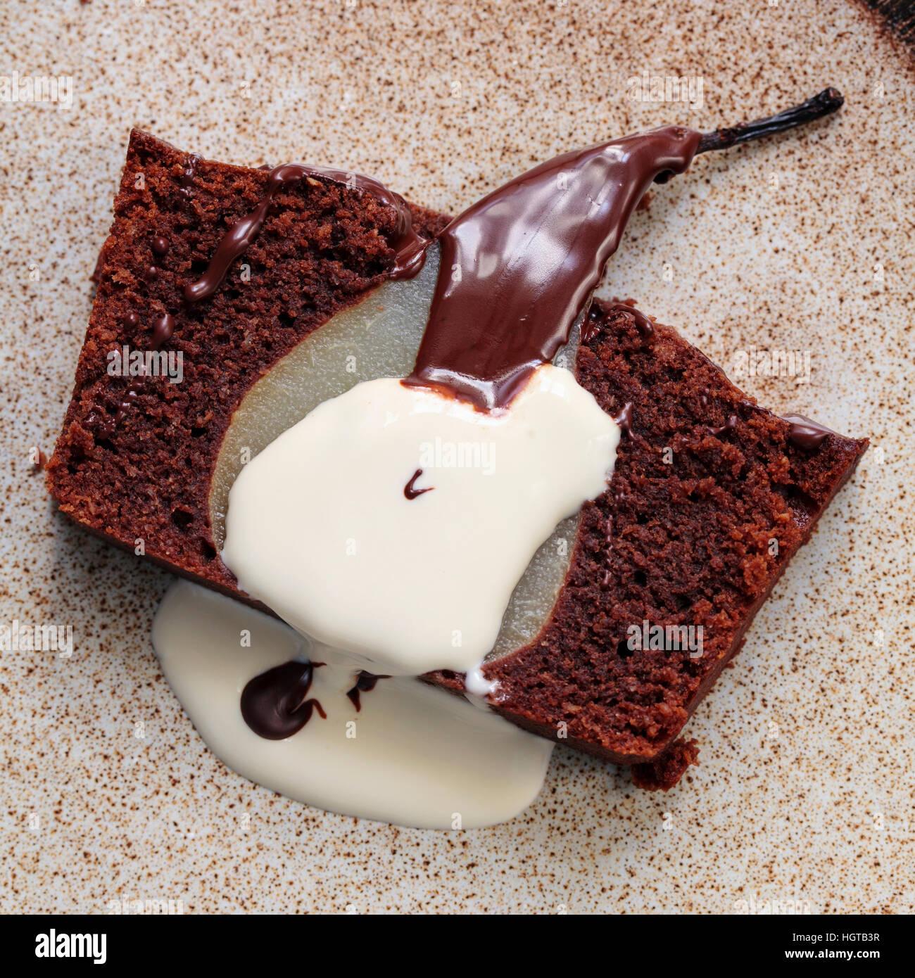 Il cioccolato pan di spagna con purea di pera Immagini Stock