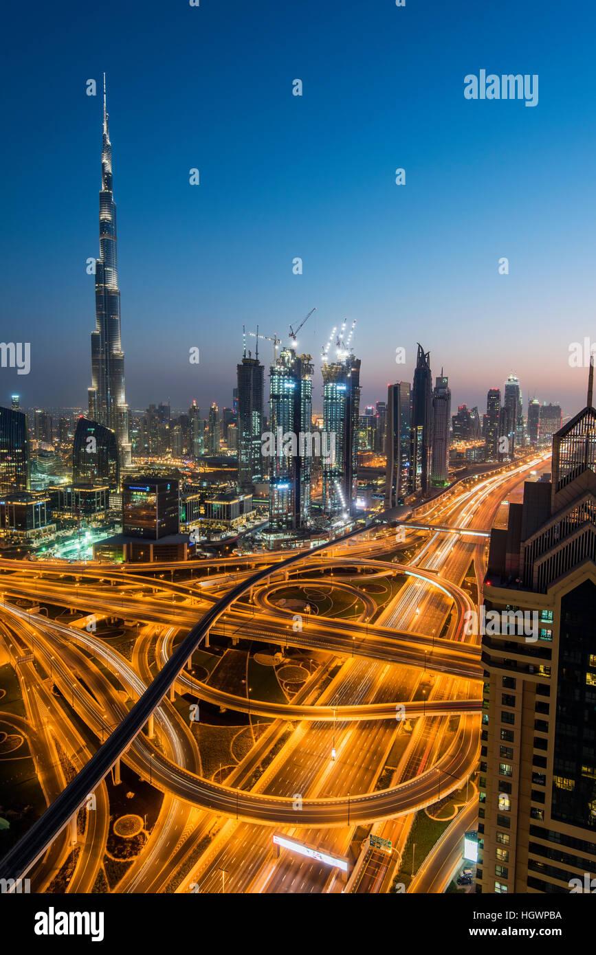 Notte skyline del centro con il Burj Khalifa grattacielo e Sheikh Zayed Road intersezione, Dubai, Emirati Arabi Immagini Stock