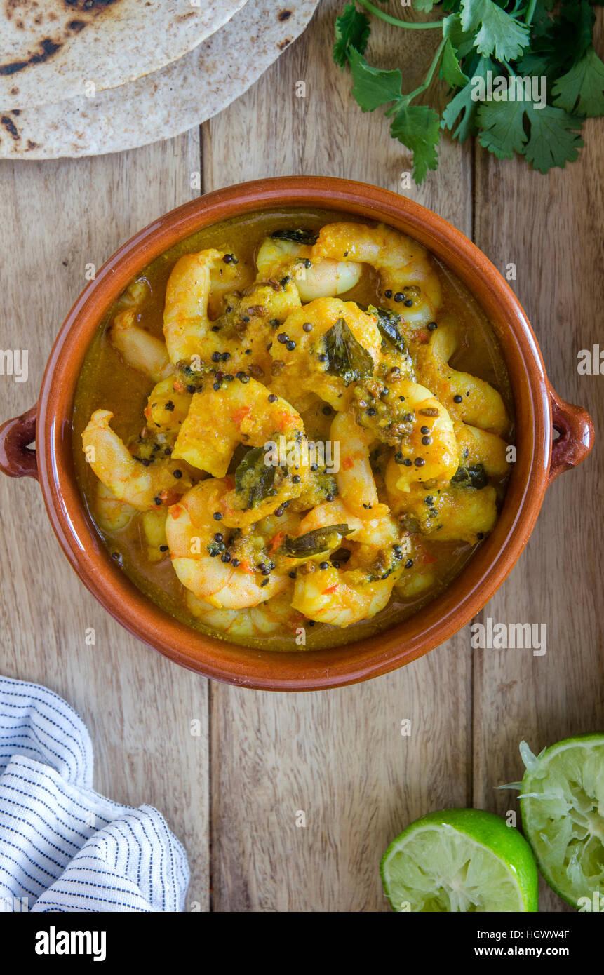 Tradizionale del Kerala curry di gamberi e rabboccato con foglie di coriandolo Immagini Stock