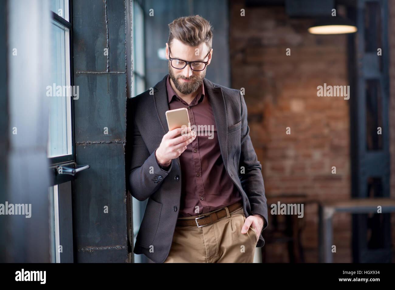 Uomo d affari con smart phone Immagini Stock