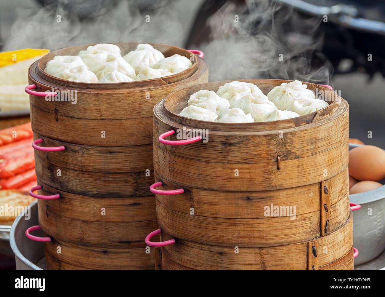 Dim Sum in bambù vaporizzatore, cucina cinese Foto & Immagine Stock ...