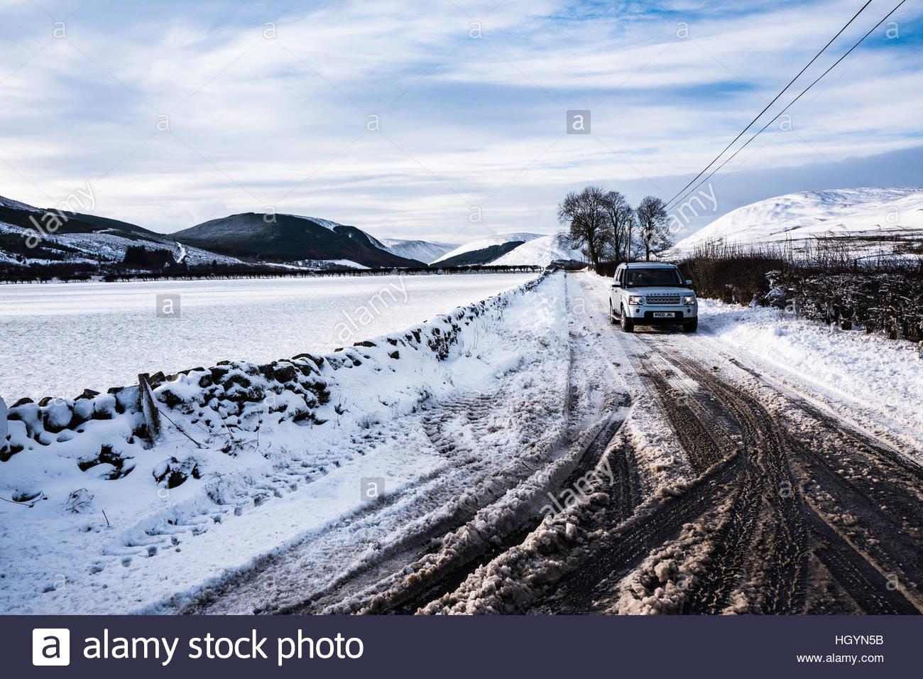 Dryhope, Achillea, Selkirk, Scottish Borders, UK. Il 13 gennaio 2017. Un 4WD è condotto lungo la A708 strada Immagini Stock